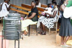 予防接種を受けにきた子どもたちのために、保健センターに設置された手洗い設備。(ウガンダ、2020年10月撮影)