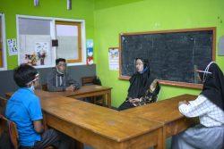 西ジャワ州・バンドンの特別支援学校で、フェイスシールドを着用して授業をする教師(中央)。(インドネシア、2020年10月撮影)