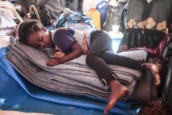 ティグライ州での紛争から逃れ、スーダン東部・ゲダレフ州の難民キャンプで眠るエチオピア難民の子ども。(2020年11月16日撮影)