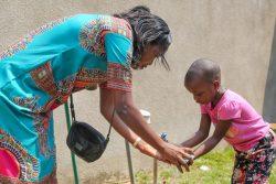 青い石けんで手を洗う、母親のセシルさんと娘のマエバちゃん。