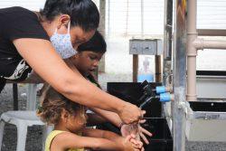 ロライマ州にある非公式居住区で、ユニセフが設置した新しい手洗い場を利用するベネズエラ難民の子どもと女性。(ブラジル、2020年5月撮影)