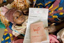 病院で出生証明書を受け取った母親と生まれたばかりの赤ちゃん。(カメルーン、2020年3月)