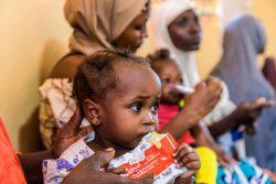 バウチ州にあるEU・ユニセフが支援する保健センターですぐに食べられる栄養治療食(RUTF)を口にする子ども。(ナイジェリア、2020年10月撮影)