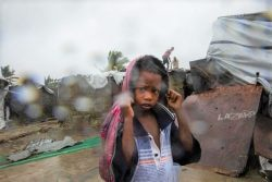 サイクロン「エロイーズ」の被害を受け、避難所と保護を求めるベイラに住む子ども。(2021年1月23日撮影)