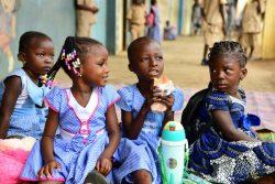 南部のアビジャン郊外の学校のグラウンドで、お昼ご飯を食べる子どもたち。(コートジボワール、2020年9月撮影)