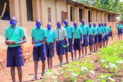 学校給食プログラムの、給食を受け取る列に並ぶ生徒たち。(ウガンダ、2020年10月撮影)