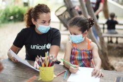 ユニセフの子どもにやさしい空間で、心理社会的サポートの一環である活動に参加する女の子。(2020年9月撮影)