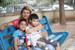 カランティーナ公立公園にあるユニセフの子どもにやさしい空間のベンチに座る、爆発の影響を受ける親子。(2020年9月撮影)