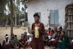 小学校でクラスメイトに、FGM根絶のための啓発活動をする16歳のメスケレムさん。(エチオピア、2020年1月撮影)