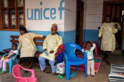 母親がエボラ出血熱の治療を受けている間、ユニセフが支援する北キブ州のマンジナ(Mangina)にある保育所で、スタッフに世話してもらう子どもたち。(2020年1月撮影)