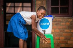 ムバンダカの小学校で、授業の前にユニセフが設置した手洗い場で手を洗う女の子。ユニセフはエボラ出血熱蔓延を防ぐため、学校に衛生キットを配布した。(2020年11月撮影)