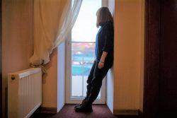 母親が仕事を失った後、義父からの嫌がらせを受け家庭環境が悪くなったため、家出をした15歳のバリアさん。ユニセフがサポートするヘルプラインに電話をし、助けを求めた。(ウクライナ、2020年11月撮影)