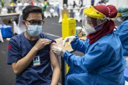 ジャカルタでCOVID-19の予防接種を受ける医療従事者。(インドネシア、2021年2月4日撮影)