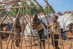 イトゥリ州のLinzi国内避難民キャンプにある、未完成の柵に寄り掛かる子どもたち。同州には約88カ所の国内避難民の居住地があり、約30万人が暮らしている。(2020年2月撮影)