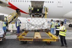 COVAXを通じた初の出荷となるCOVID-19ワクチンが首都アクラのコトカ国際空港に届いた様子。(ガーナ、2021年2月24日撮影)