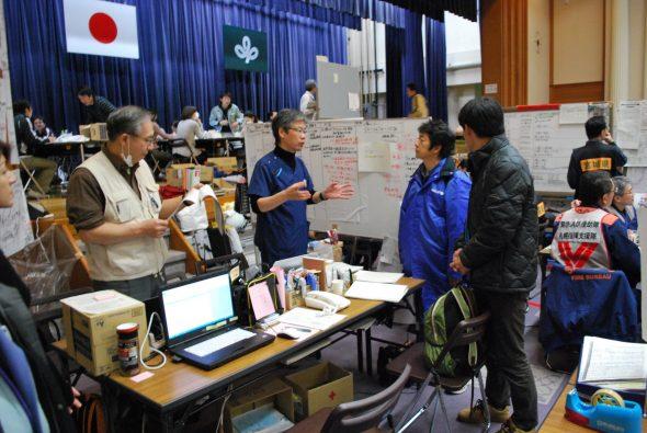 2011年3月 宮城県庁内の災害対策本部で協議する國井修 専門官(右から2番目)