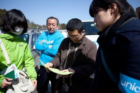 大船渡に到着し、「子どもにやさしい空間」準備のためスタッフと打合せ中の竹友専門官(写真中央)