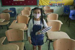 パナマシティにある学校の空き教室の中に立つ女の子。ラテンアメリカとカリブ海諸国に住む子どもたちは、COVID-19の影響で学校教育の機会を奪われている。(パナマ、2020年9月撮影)