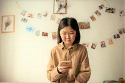 国内で行われるオンラインキャンペーンに、ボランティアで参加する16歳のカラムカスさん。身体の健康やメンタルヘルスを守る方法、誤情報への対処方法や隔離中の過ごし方などウェビナーを通じて学んだ。(カザフスタン、2020年10月撮影)