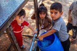 アレッポ北部の農村部で、ユニセフが支援する給水所で水を汲む子どもたち。(2020年9月撮影)