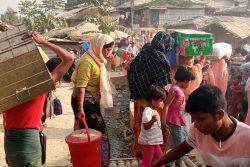 火災の影響を受け、避難するロヒンギャ難民の人たち。