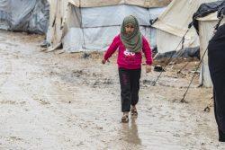 北東部アルホル難民キャンプの中を歩く子ども。(2021年1月撮影)