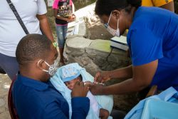 カパイシアンにある保健センターで予防接種を受ける赤ちゃん。(ハイチ、2020年6月撮影)