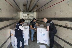 COVAXを通じて、首都ダマスカスにある農村部の村に届いたCOVID-19ワクチンを確認するスタッフ。(2021年4月21日撮影)