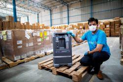 ニューデリーの倉庫で、酸素濃縮器の輸送準備をするユニセフのスタッフ。(2020年9月撮影)