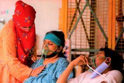 ウッタル・プラデーシュ州で、呼吸困難になり酸素マスクをつける患者。(インド、2021年5月2日撮影)