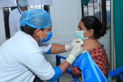 中北部にあるゴルカ郡の保健センターでCOVID-19の予防接種を受ける医療従事者。(ネパール、2021年4月21日撮影)
