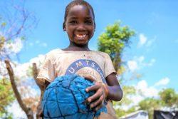 ユニセフなどの支援により、スポーツを通じて心理社会的支援を受ける男の子。支援は、ソファラ州にある5つの地域で提供されている。(モザンビーク、2021年3月撮影)