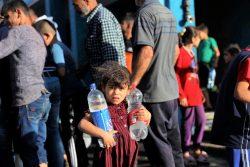 ガザにあるUNRWAの学校の避難所で、水の入ったペットボトルを持つ女の子。(2021年5月15日撮影)