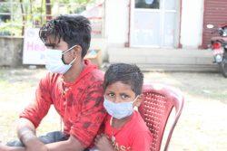 インドからネパールへ帰国した家族。南部のパルサにある入国地点で、体温チェックや抗体検査を受けた後に、必要に応じて一定期間を出身地域の隔離センターで過ごす。(ネパール、2021年5月5日撮影)