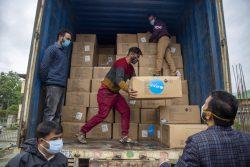 ジャンムー・カシミールにある医科大学内の病院に輸送するため、ユニセフ支援物資のマスクやフェイスシールドがトラックに詰め込まれる様子。(インド、2021年5月11日撮影)