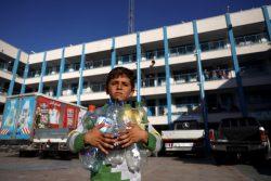 ガザにあるUNRWAの学校の避難所で、空のペットボトルを持ち、きれいな飲み水を探す男の子。(2021年5月15日撮影)