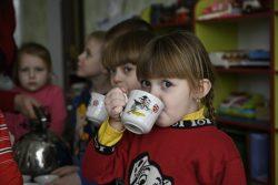 東部にあるマリンカの幼稚園で水を飲む子どもたち。(ウクライナ、2021年2月撮影)