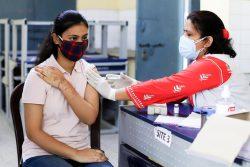 ニューデリーにある予防接種センターで、COVID-19の予防接種を受ける女性。(インド、2021年5月5日撮影)