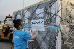 COVAXを通じてノイバイ国際空港に届いた、COVID-19ワクチンを受け取るユニセフのスタッフ。(ベトナム、2021年5月16日撮影)