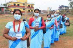 中北部にあるゴルカ郡の保健センターで、2回目のCOVID-19の予防接種の順番を待つ女性たち。(ネパール、2021年4月21日撮影)