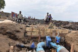 現在、ゴマの8つの地区に水を供給しているバイパス配管システムの近くで、遊ぶ子どもたち。(2021年6月4日撮影)