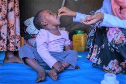 Chagni国内避難民キャンプで、看護師からビタミンAの投与を受ける子ども。(2021年2月撮影)