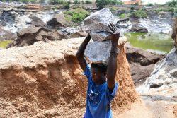 首都ワガドゥグ郊外の鉱山で働く子ども。(ブルキナファソ、2020年9月撮影)