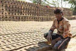 ラージャスターン州のバンスワラ地区から移民し、両親と一緒にレンガ工場で働く15歳の男の子。(インド、2020年12月撮影)