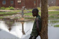 首都ブジュンブラ近くの町の水汲み場に立つ子ども。洪水の被害により、多くの人が国内避難民キャンプに避難している。(ブルンジ、2021年3月撮影)