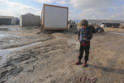 シリア北西部のKafr Losin難民キャンプの中に立つ子ども。(2021年1月撮影)