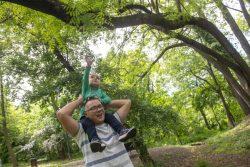 3歳の息子と外で遊ぶ父親。両親は、保護者向けの子育て支援プログラムを受けている。(セルビア、2021年4月撮影)