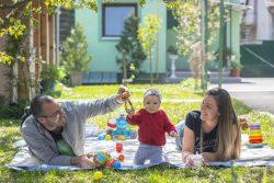 すくすく育つ、生後7カ月のヘレナちゃん。両親は、保護者向けの子育て支援プログラムを受けている。(セルビア、2021年4月撮影)