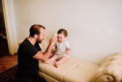 息子の髪をくしで整える父親。子どもの脳の発達には父親の育児参加も重要であるとして、ユニセフは父親の育児参加を推奨している。(アルメニア、2020年7月撮影)