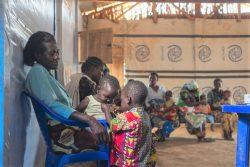 イトゥリ州・ブニアにあるKigonze避難民キャンプにいる親子。(2021年3月撮影)
